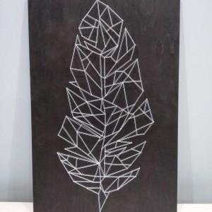 Geometryczny obraz string art piórko