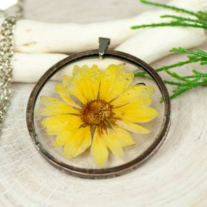 Naszyjnik z kwiatów w cynowej ramce z414