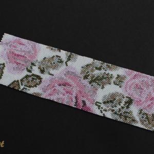 Szeroka bransoletka mankietowa uszyta z drobniutkich koralików w pastelowe róże