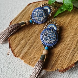 Beżowo-niebieskie kolczyki z ozdobnym guzikiem