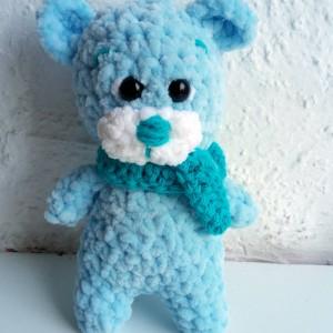 Mały niebieski miś z szaliczkiem