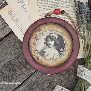 Medalion z dziewczyną w style retro