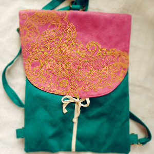 Turkusowy plecak z haftowaną klapą