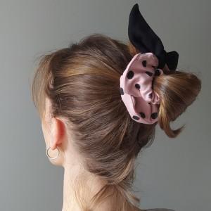 Gumka do włosów (scrunchie) – brudny róż z czarnymi skrzydełkami