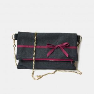 Granatowa torebka na łańcuszku z kokardką