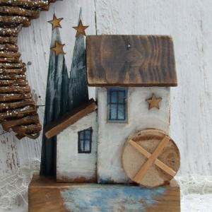 Drewniany domek z choinkami i gwiazdkami