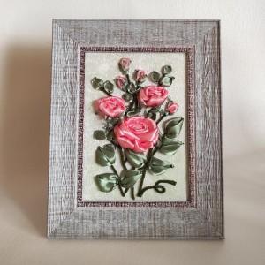 Malowane wstążką różowe róże