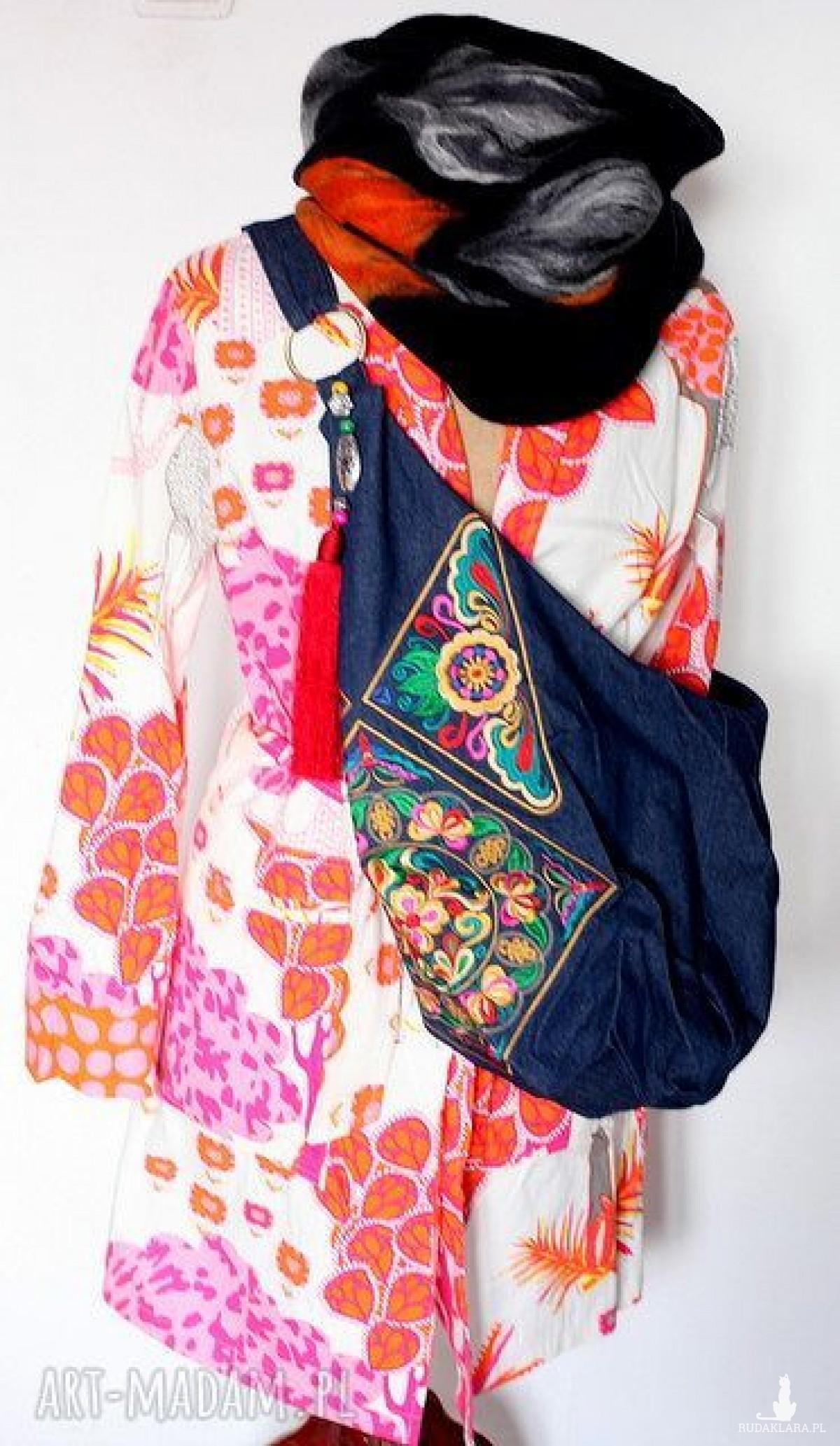 płaszcz damski kolorowy we wzory uszyty z materiału o strukturze jeansu
