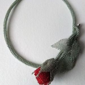 Naszyjnik z czerwonej róży