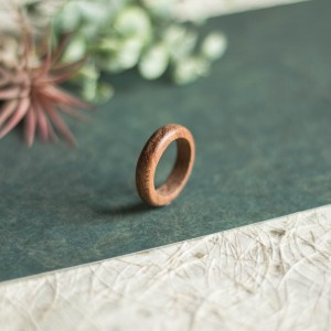 Elegancka mahoniowa obrączka
