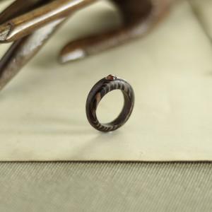 Elegancki pierścionek z drewna wenge z karneolem