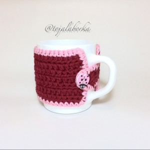 Kubek z bordowo-różowym otulaczem
