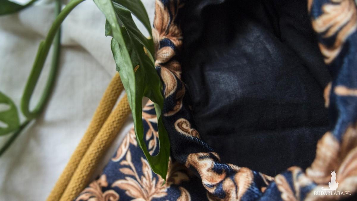 Czarny pokrowiec na matę do jogi w ornamenty