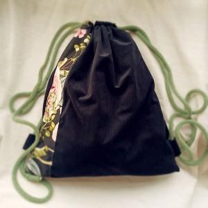 Czarny plecak w jodełkę z kwiatową wstawką
