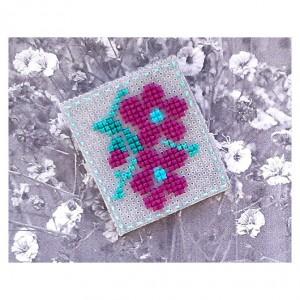4650 broszka haft krzyżykowy rękodzieło