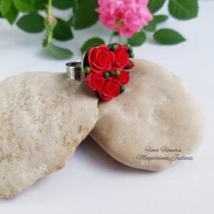 Pierścionek z czerwonymi różami