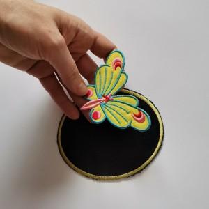 Dwie łaty jeansowe z motylem