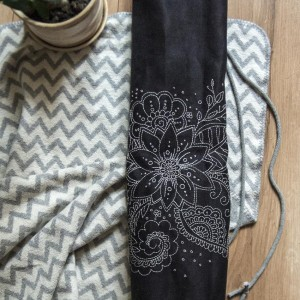 Czarny pokrowiec na matę do jogi z haftem