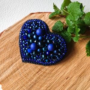Granatowo-kobaltowa broszka w kształcie serca