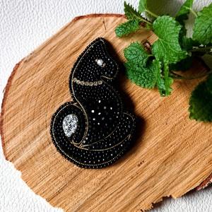 Haftowana broszka z koralików  w kształcie czarnego kota