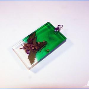 Wisiorek z krystalicznej zielonej żywicy i suszonymi kwiatami pokrzywa +  Gratis