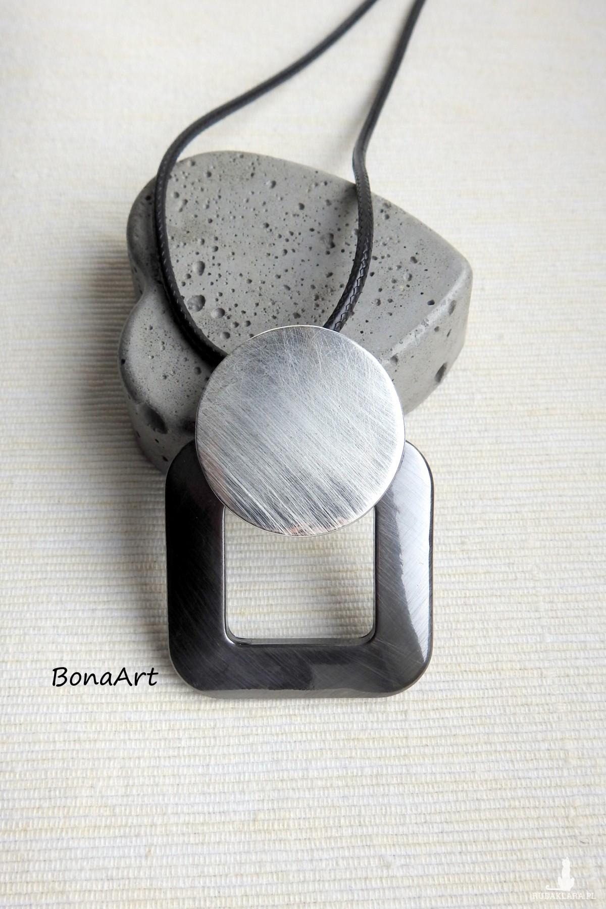 Długi, prosty naszyjnik, nowoczesna geometryczna forma