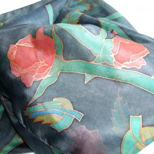 Ręcznie malowana jedwabna chusta Róże na grafitowym tle