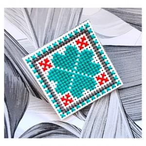 4706 broszka haft krzyżykowy rękodzieło