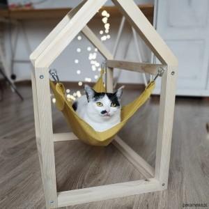 Sosnowy domek dla kota z hamakiem