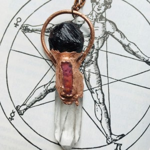 wisior z kryształem górskim, granatem i rubinem