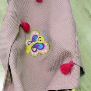 Wafelkowy kocyk z haftem - motylek