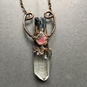 miedziany wisior z kryształem górskim, turmalinem i rubinem