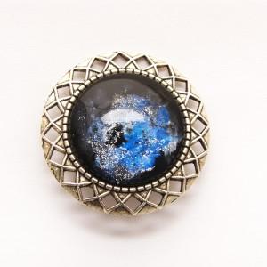 Metalowa broszka vintage - niebieski kosmos