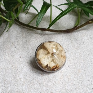 Broszka z kwiatkiem bzu i złotem 20 mm