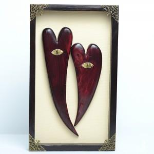 Zakochane serca w drewnianej ramce.
