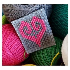4896 broszka haft krzyżykowy rękodzieło