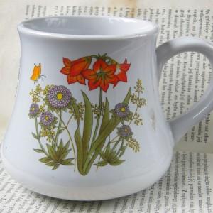 Kubek botaniczny z dekoracją roślinną