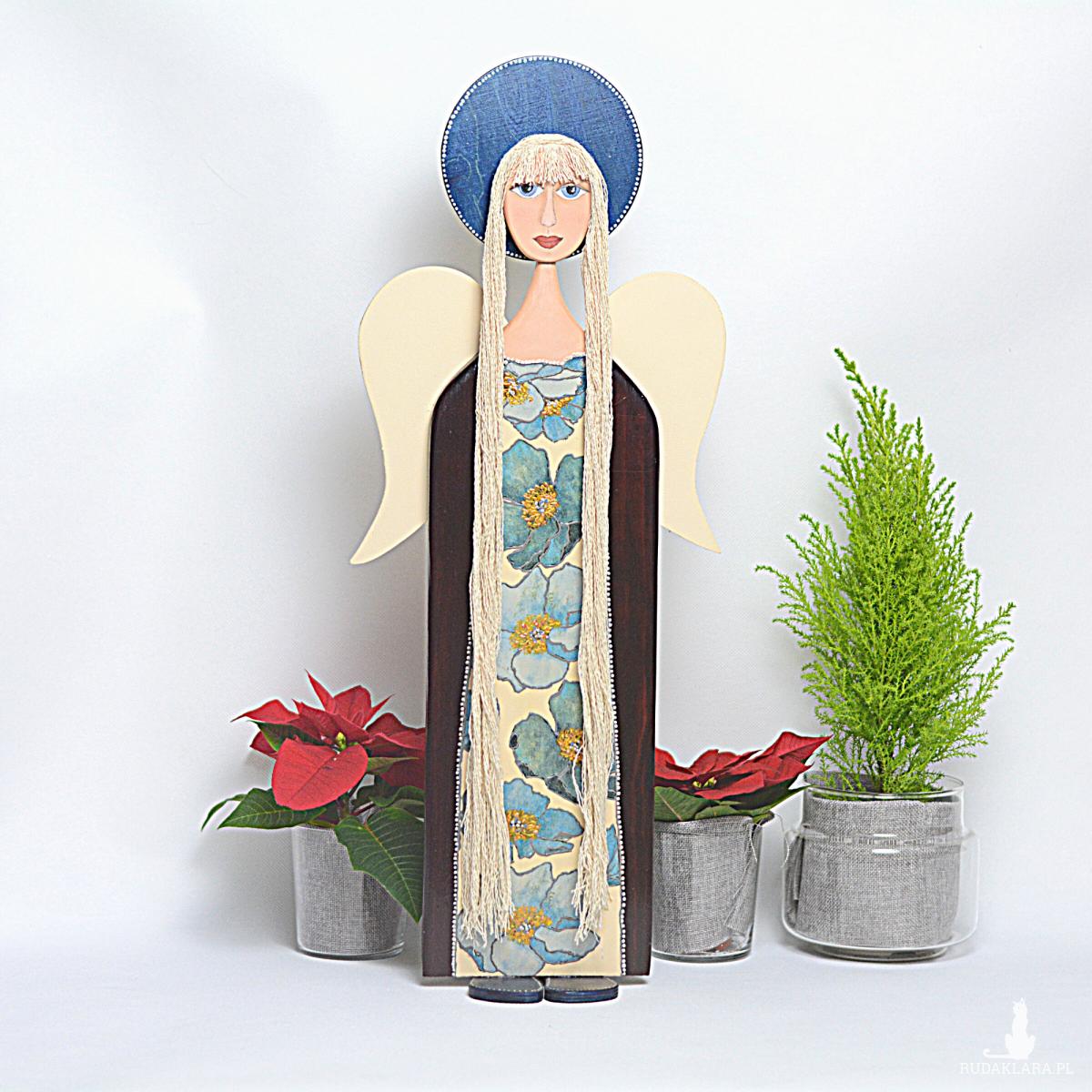 Anioł z drewna w kwiecistej sukience