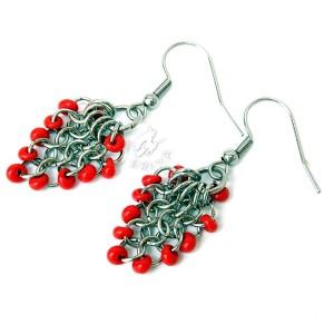 Kolczyki gronka chainmaille z czerwonymi koralikami