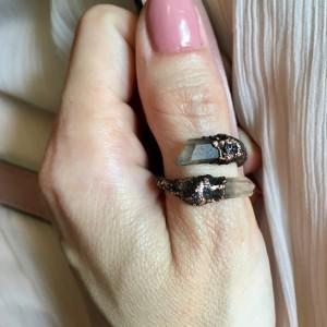 zawijany miedziany pierścionek z kryształem górskim ciemny