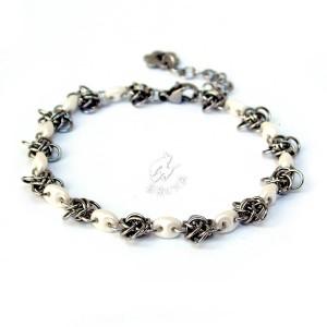 Delikatna bransoletka chainmaille z perłowymi koralikami