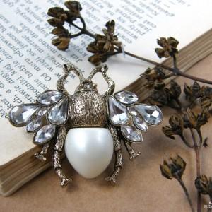 Broszka pszczoła owad perła i kryształki