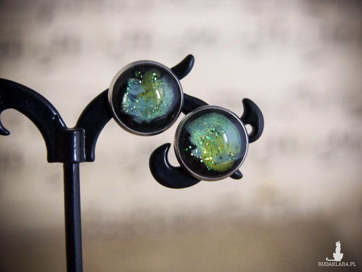 Kolczyki sztyfty, jasnozielony kosmos, ręcznie malowane szkło
