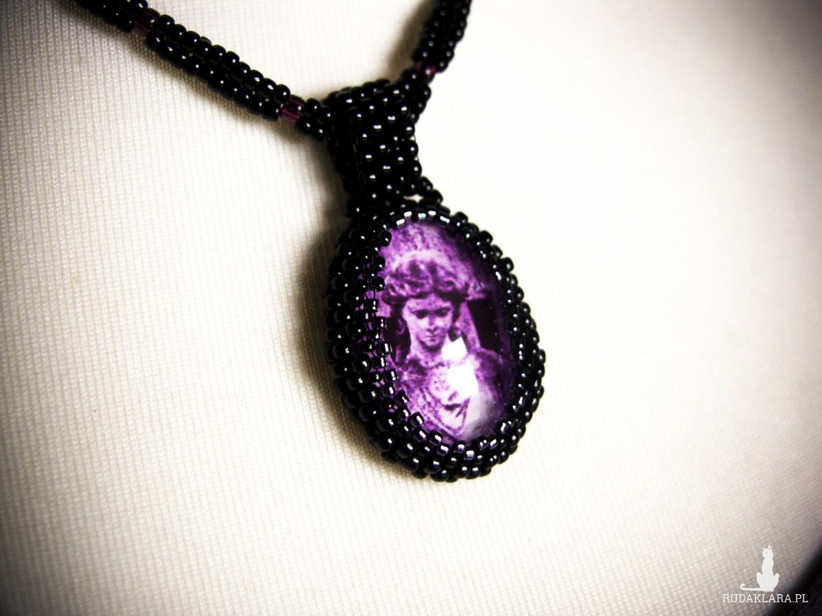 Koralikowy naszyjnik w stylu gotyckim z posągiem anioła