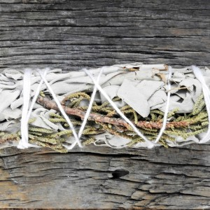 Kadzidło w pęczku biała szałwia i jałowiec