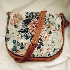 Skórzana listonoszka z klapą w kwiaty
