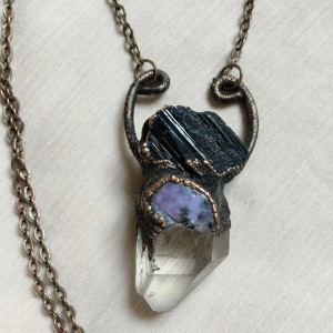 naszyjnik z kryształem górskim, czaroitem i czarnym turmalinem