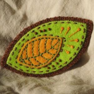 Broszka filcowa - liściasta i haftowana
