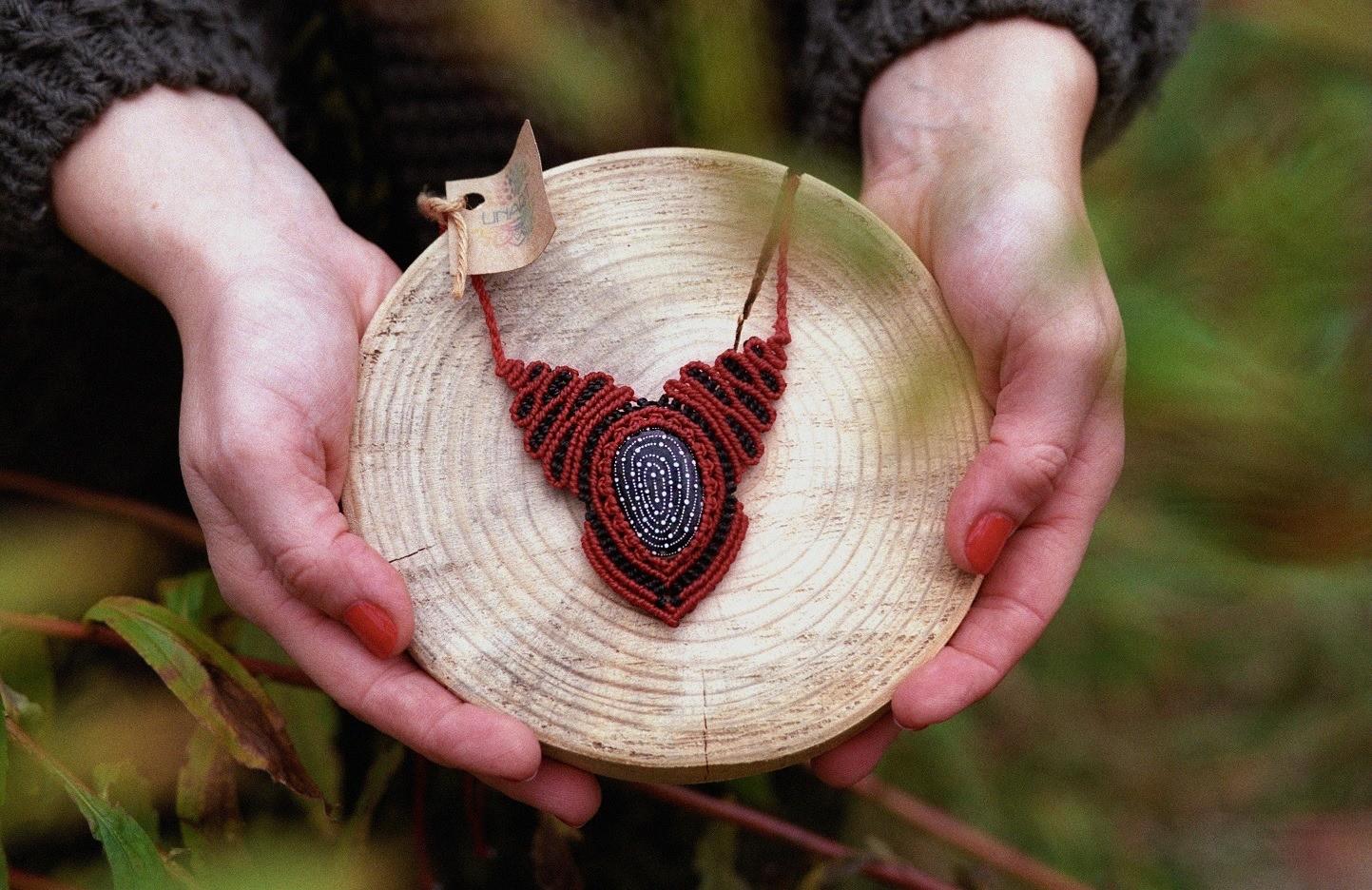 Naszyjnik makrama z malowanym kamykiem labirynt