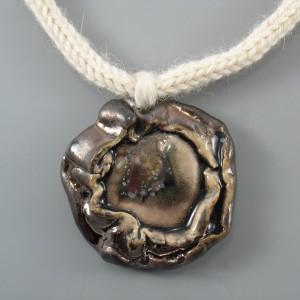 Naszyjnik z wełny z ceramiką, złotobrązowy.